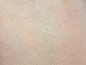 Living Nature Illuminating Foundation in Day Light - Swatch Blended