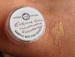 Living Nature Illuminating Foundation in Evening Light - Swatch